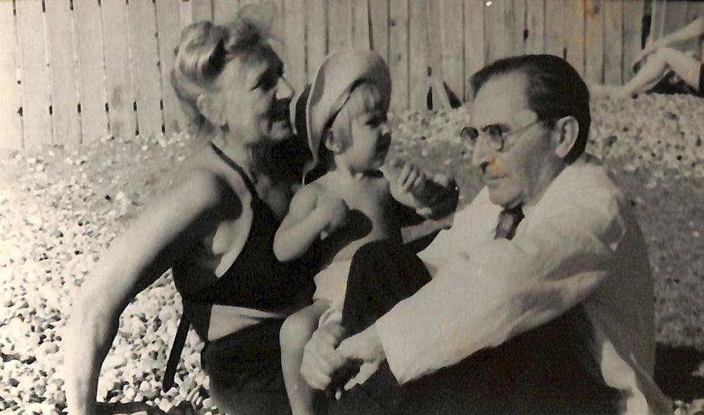 Фотография. Кисельгоф Давид Александрович и Татьяна Николаевна с ребенком на руках на пляже. 1950-е гг.
