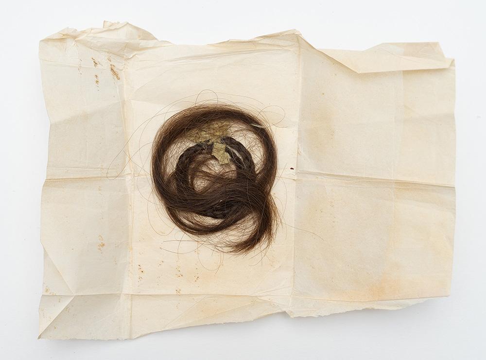 Локон волос Виктории Годлевской, артистки балета Варшавских театров. 1877 г.