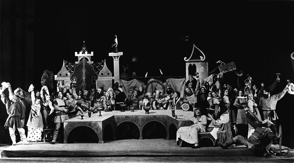 Фотография. Сцена из спектакля «Богатыри» (автор Д. Бедный; режиссер А. Я. Таиров). 1936 г.