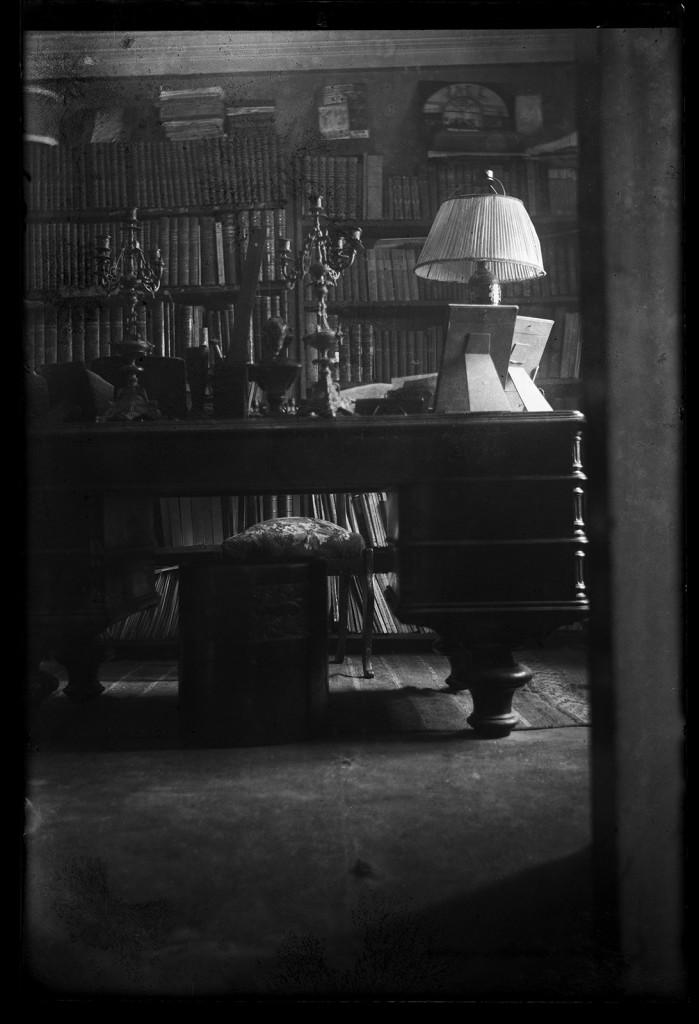 Фотография. Кабинет М. А. Булгакова в квартире на Б. Пироговской ул., 35а. Отпечаток с негатива. 1930-е гг.