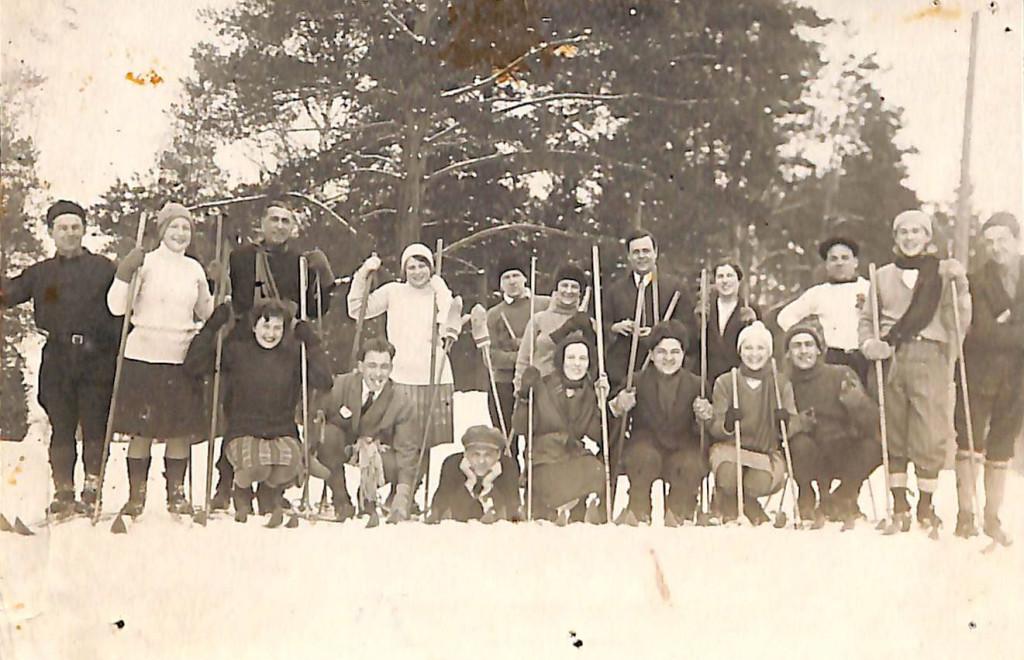 Фотография. «МХАТ на лыжах». Сотрудники театра на лыжной прогулке; среди изображённых Л.Е. Белозерская-Булгакова и М.А. Булгаков. 1928 г.