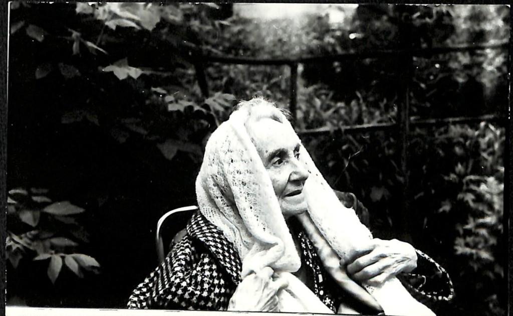 Фотография. Любовь Евгеньевна Белозерская-Булгакова на прогулке в Новодевичьем монастыре. 1986 г.