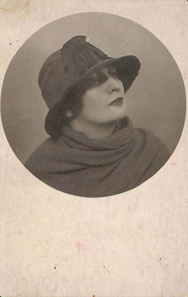 Фотография. Жданович Ангелина Ивановна (жена Ю.Л. Слёзкина). С дарственной надписью Д.М. Стонову. 1920-е годы.