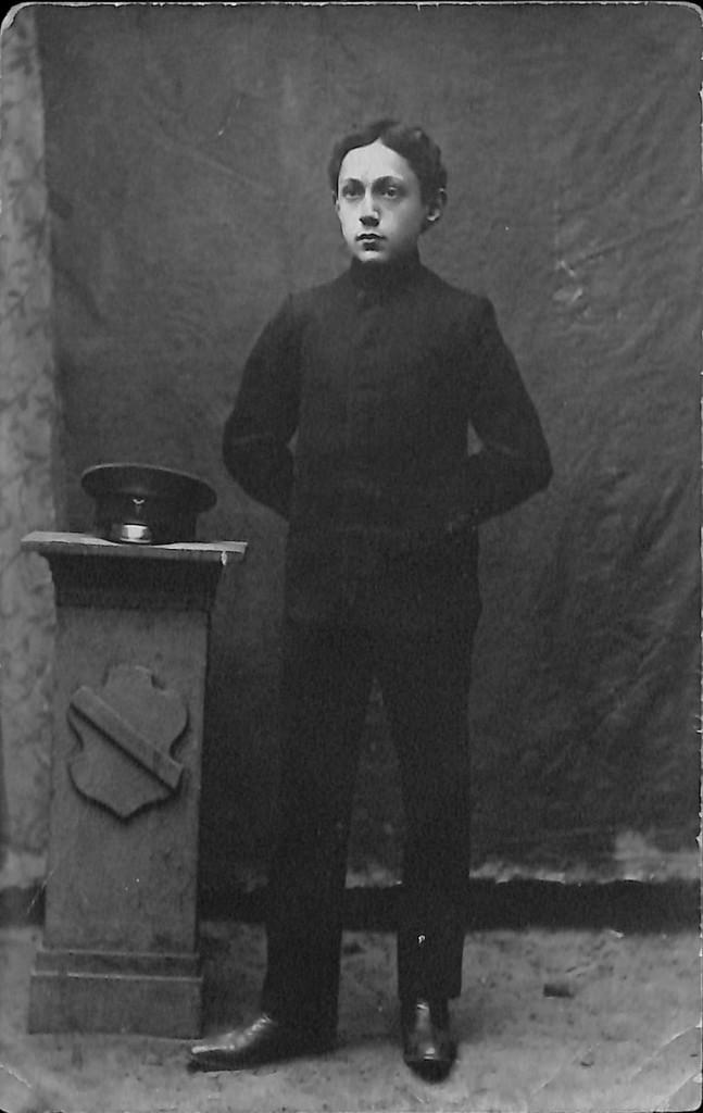 Фотография. Стонов Дмитрий Миронович — воспитанник Брест-Литовского Коммерческого училища. 1910‒1914 гг.
