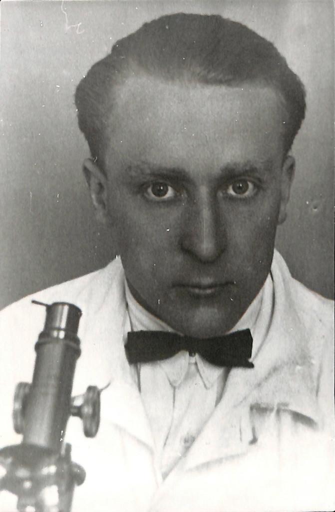Фотокопия. Булгаков Николай Афанасьевич с микроскопом. С фотографии 1928 г. (г. Загреб, Хорватия).